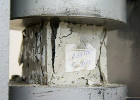 Проверка марки бетона прессом