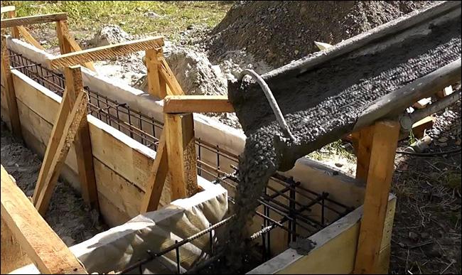 Заливка бетона миксером в фундамент