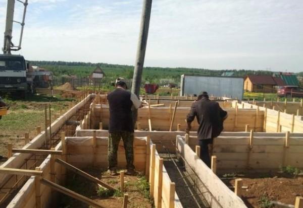 Заливка бетона в опалубку ленточного фундамента