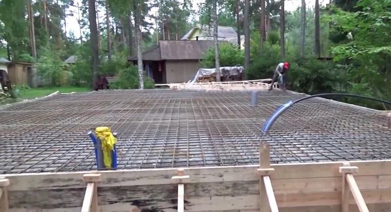 Заливка плиты на ленточный фундамент