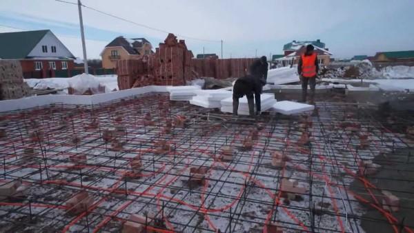 Греющий кабель укладывается в толщу бетона и остается там навсегда.