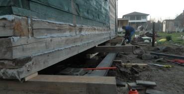Подъем деревянного дома домкратами