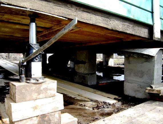 Подкладка под домкрат при подъёме дома