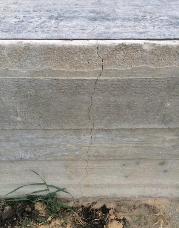 Вертикальная трещина в фундаменте на всю глубину