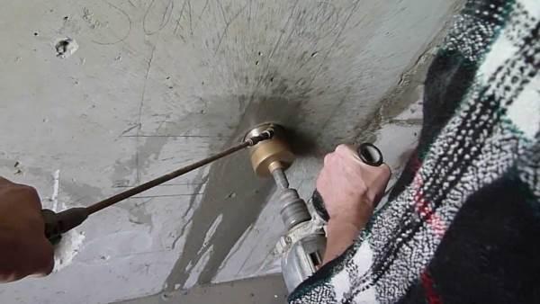 Сверление отверстия перфоратором с коронкой
