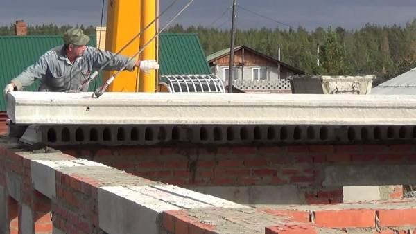 Укладка плит перекрытия на фундамент
