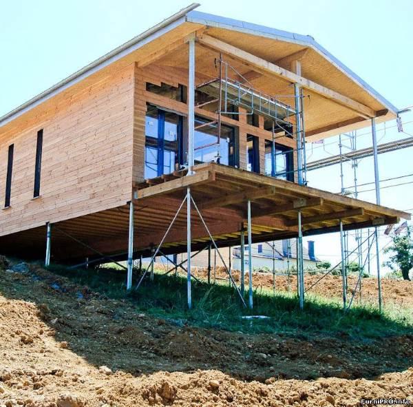 Дом из бруса на склоне