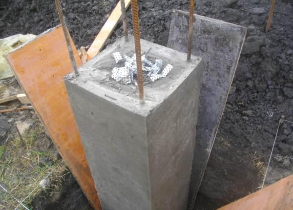 Распалубка столбов фундамента