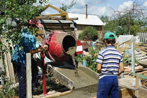 Замешивание бетона для фундамента в бетономешалке