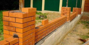 Фундамент под кирпичный забор